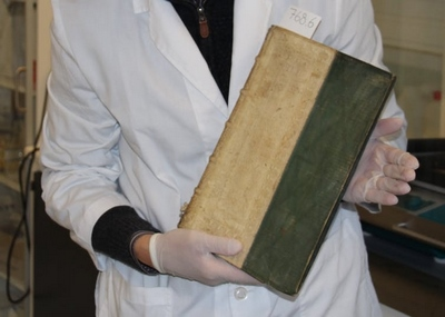Üniversite kütüphanesi sahip olduğu üç kitabının zehirli olduğunu keşfetti