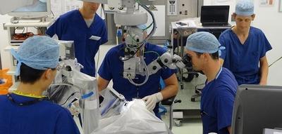 Bir robot ilk defa bir göz ameliyatında kullanıldı